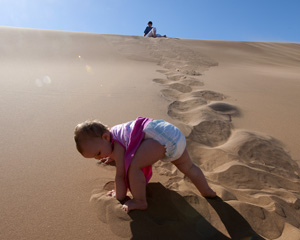 Karla speel in die sand